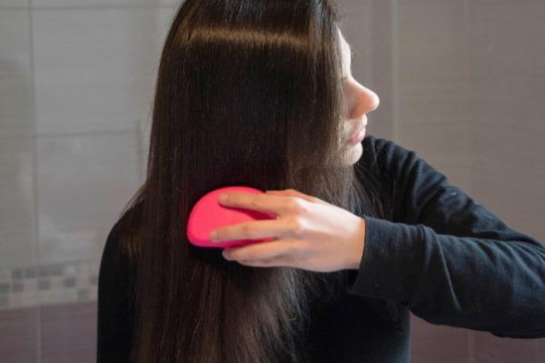 spazzolare i capelli